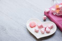 A decoração do Valentim na tabela de madeira imagem de stock