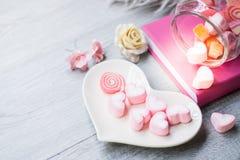 A decoração do Valentim na tabela de madeira fotos de stock royalty free