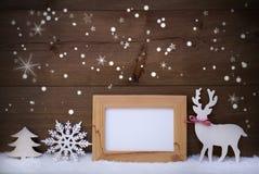 Decoração do White Christmas na neve, espaço da cópia, estrelas efervescentes Fotografia de Stock