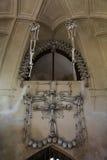 A decoração dos crânios e dos ossos humanos em um ossuary do gótico da igreja do cemitério de todos os Saint em Kutna-Hora, repúb Foto de Stock Royalty Free