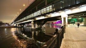 Decoração dos feriados do ano novo em Moscou na noite, Rússia-- Ponte de Luzhnetskaya filme