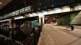 Decoração dos feriados do ano novo em Moscou na noite, Rússia-- Ponte de Luzhnetskaya vídeos de arquivo
