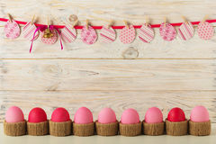 Decoração dos ovos da páscoa e da Páscoa, ovos de papel com uma fita cor-de-rosa na Foto de Stock Royalty Free