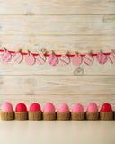 Decoração dos ovos da páscoa e da Páscoa, ovos de papel com uma fita cor-de-rosa na Fotos de Stock Royalty Free