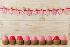 Decoração dos ovos da páscoa e da Páscoa, ovos de papel com uma fita cor-de-rosa na Foto de Stock