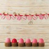 Decoração dos ovos da páscoa e da Páscoa, ovos de papel com uma fita cor-de-rosa na Fotos de Stock