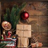 Decoração dos presentes de Natal no fundo de madeira escuro Imagens de Stock Royalty Free