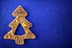 Decoração dourada da árvore de abeto do Natal no fundo do azul do brilho Fotografia de Stock Royalty Free