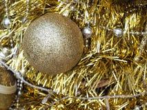 Decoração dourada da bola do Natal do brilho Natal e Ne feliz Foto de Stock