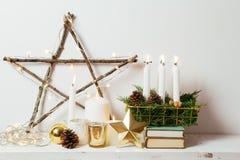 Decoração dourada do Natal em casa Fotos de Stock
