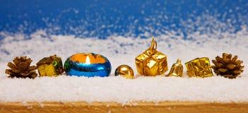 Decoração dourada do Natal no fundo azul Imagens de Stock Royalty Free