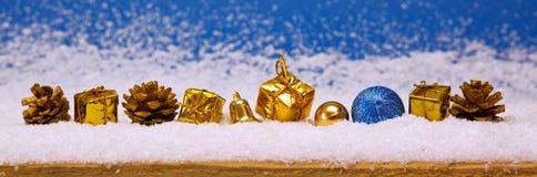 Decoração dourada do Natal no fundo azul Fotos de Stock