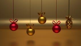 Decoração dourada e vermelha do Natal que pendura na frente do fundo dourado ilustração stock