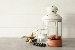Decoração e alimento do feriado de Ramadan Kareem na tabela cinzenta fotografia de stock