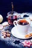 Decoração e biscoitos do Natal Mão da mulher que polvilha o açúcar no cookies Farinha e especiarias para um cozimento em um backg Foto de Stock Royalty Free
