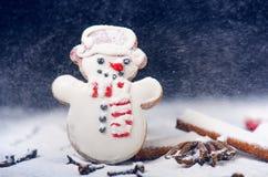 Decoração e biscoitos do Natal Mão da mulher que polvilha o açúcar no cookies Farinha e especiarias para um cozimento em um backg Imagens de Stock