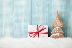 Decoração e caixa de presente da árvore de Natal no fundo de madeira Fotografia de Stock Royalty Free