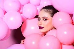 Decoração e celebração do aniversário Menina retro com composição à moda e cabelo menina que sonha na tendência punchy das cores  Fotos de Stock