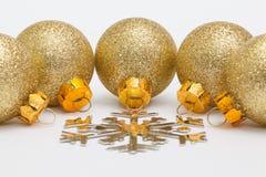 Decoração e floco de neve dourados do Natal Foto de Stock Royalty Free