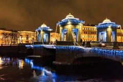 Decoração e iluminação da rua do Natal e do ano novo na ponte no feriado da noite do inverno em St Petersburg, Rússia Imagem de Stock Royalty Free