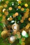 Decoração e luzes brilhantes do ouro do Natal Fotografia de Stock Royalty Free