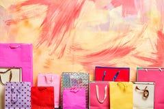 Decoração e pacote atual no fundo colorido Fotografia de Stock