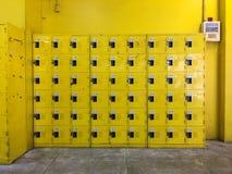 Decoração e projeto Projeto amarelo do cacifo foto de stock