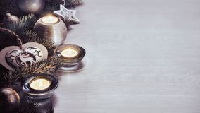 Decoração e vela do Natal na placa de madeira Imagem de Stock