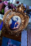 Decoração elegante da tabela do casamento do vintage e flores bonitas e projeto fotos de stock