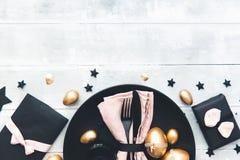 Decoração elegante da tabela da Páscoa no fundo de madeira branco com ovos dourados fotos de stock royalty free