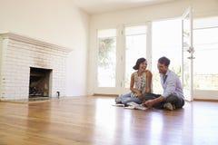 Decoração entusiasmado do planeamento dos pares da casa nova fotografia de stock