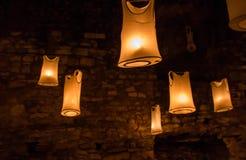 A decoração exótica com os t-shirt com interior da luz ilumina a noite fotografia de stock