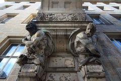 Decoração externo da parede usando duas estátuas fotografia de stock royalty free