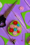 Decoração fácil do ovo da páscoa de feltro Ovo da páscoa feito a mão de feltro com os botões de madeira brilhantes Sucata de felt imagem de stock
