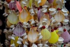 Decoração feita de shell coloridos no thred Imagens de Stock Royalty Free