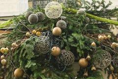 Decoração feita dos ramos do abeto e das bolas douradas Foto de Stock Royalty Free