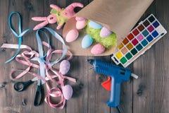 Decoração feito a mão, conceito caseiro dos ovos da páscoa do lazer da mulher Fotos de Stock Royalty Free