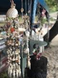 Decoração feito a mão de suspensão dos escudos em Tailândia, decoração marinha foto de stock royalty free