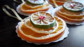 Decoração feito a mão do Natal feita dos frutos secos fotos de stock royalty free