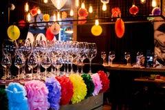 Decoração festiva da barra com vidros vazios Fotos de Stock Royalty Free
