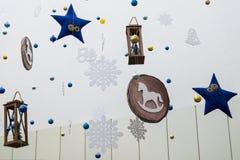 Decoração festiva da sala no estilo de ano novo As estrelas azuis, os flocos de neve, as lanternas, os cavalos, os sinos e outros imagem de stock royalty free