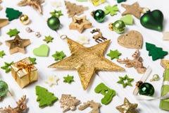 Decoração festiva do Natal no co verde, branco e dourado da luz - fotografia de stock