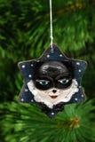 Decoração festiva na forma de uma máscara do gato, em um Natal tr imagens de stock royalty free