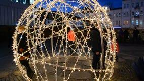 Decoração festiva para turistas perto da alameda Lugar da foto no meio do Natal video estoque