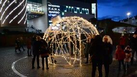 Decoração festiva para turistas perto da alameda Lugar da foto no meio do Natal vídeos de arquivo