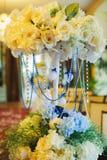 Decoração floral do casamento com os grânulos na cremalheira interna Imagem de Stock Royalty Free