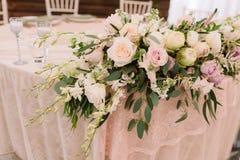 Decoração floral do casamento na tabela no foco fotos de stock royalty free