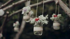 Decoração, frascos de suspensão com flores video estoque