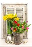 Decoração home com flores da mola, ovos da páscoa Fotos de Stock