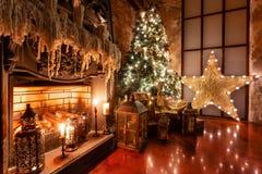 Decoração home do inverno Natal no interior do sótão contra a parede de tijolo Presentes sob a árvore fotografia de stock royalty free